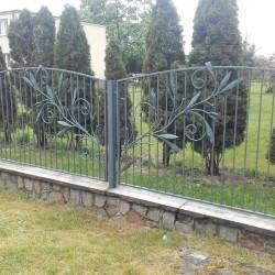 artystyczne ozdobne metalowe ogrodzenie z akcentali florystycznymi
