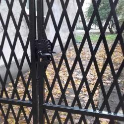 brama wjazdowa metalowa z ozdobna klamka