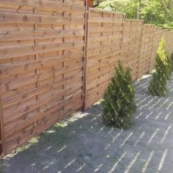 drewniane ogrodzenie posesji