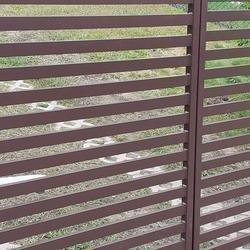 metalowa brązowa brama wjazdowa