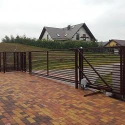 metalowe ogrodzenie posesji poziome pręty