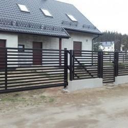 solidna elegancka brama wjazdowa z furtka oraz ogrodzenie z poziomymi belkami