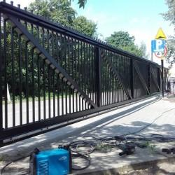 solidna metalowa brama wjazdowa