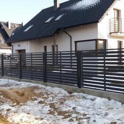 solidne metalowe ogrodzenie posesji