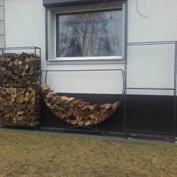 ozdobny metalowy stojak na drewno